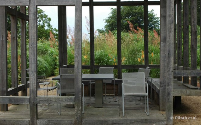 Open to the elements on all sides, the central oak pavilon allows spliced views of the garden, similar to a Chinese folding screen, a departure from the usual panoramic view in garden design. The large lime trees can be seen in the background.